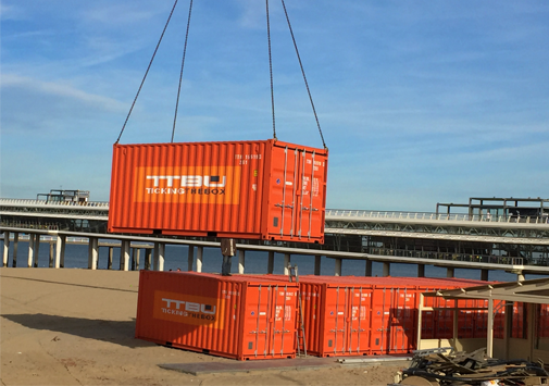 container op het strand tickingthebox